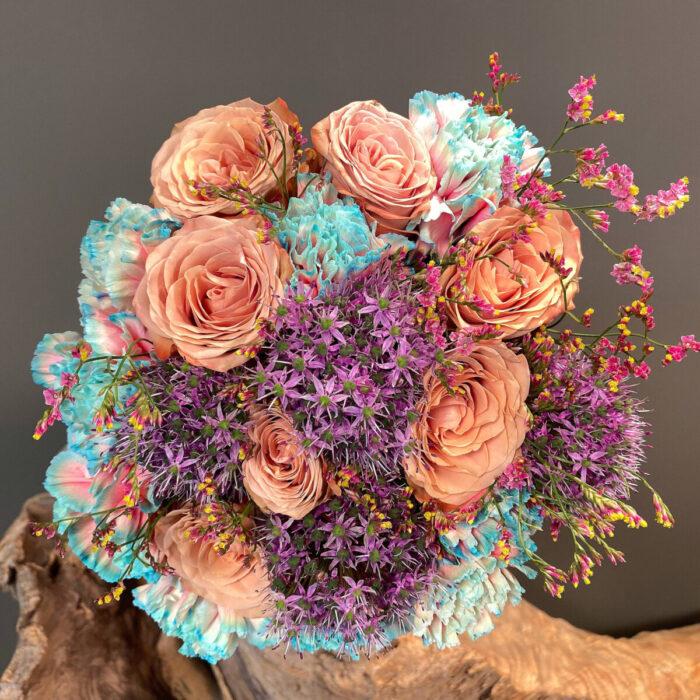 Νυφική Ανθοδέσμη Γάμου μοντέρνα από δίχρωμα Ολλανδικά γαρύφαλλα, άλλιουμ, τριαντάφυλλα cappuccino και λιμόνιουμ.