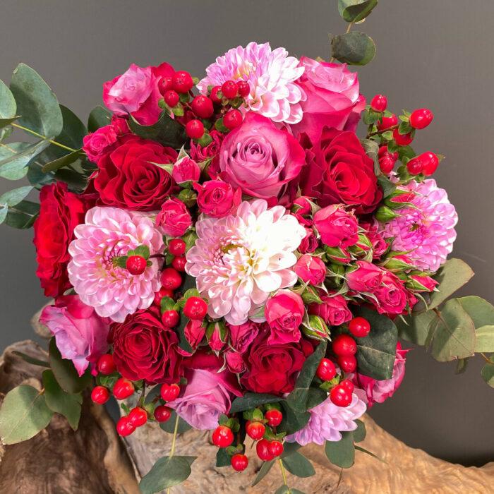 Ανθοδέσμη Γάμου Ροζ Ντάλια Τριαντάφυλλα Υπέρικουμ Ευκάλυπτος
