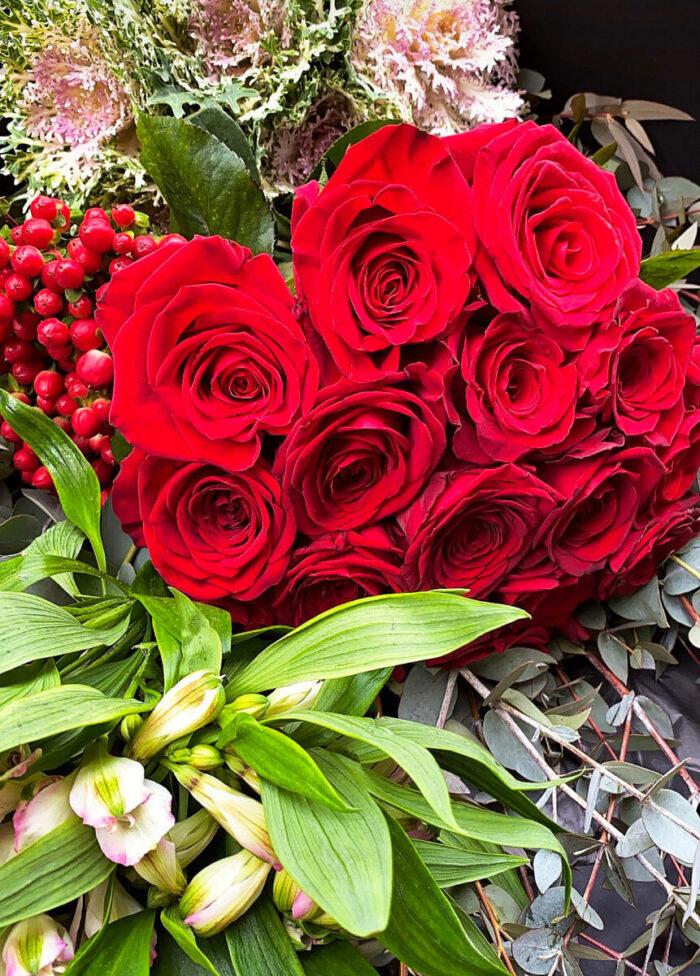 Ανθοδέσμη Κόκκινα Τριαντάφυλλα Υπέρικουμ Αλστρομέριες