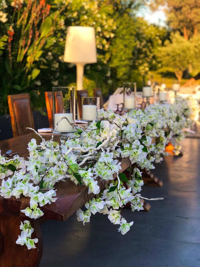 Στολισμός Νυφικού Τραπεζιού Λουλούδια Τεχνητά & Λευκά Ξύλα